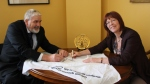 Wellington mayor signs Pledge with Families Commission Chief Exec small